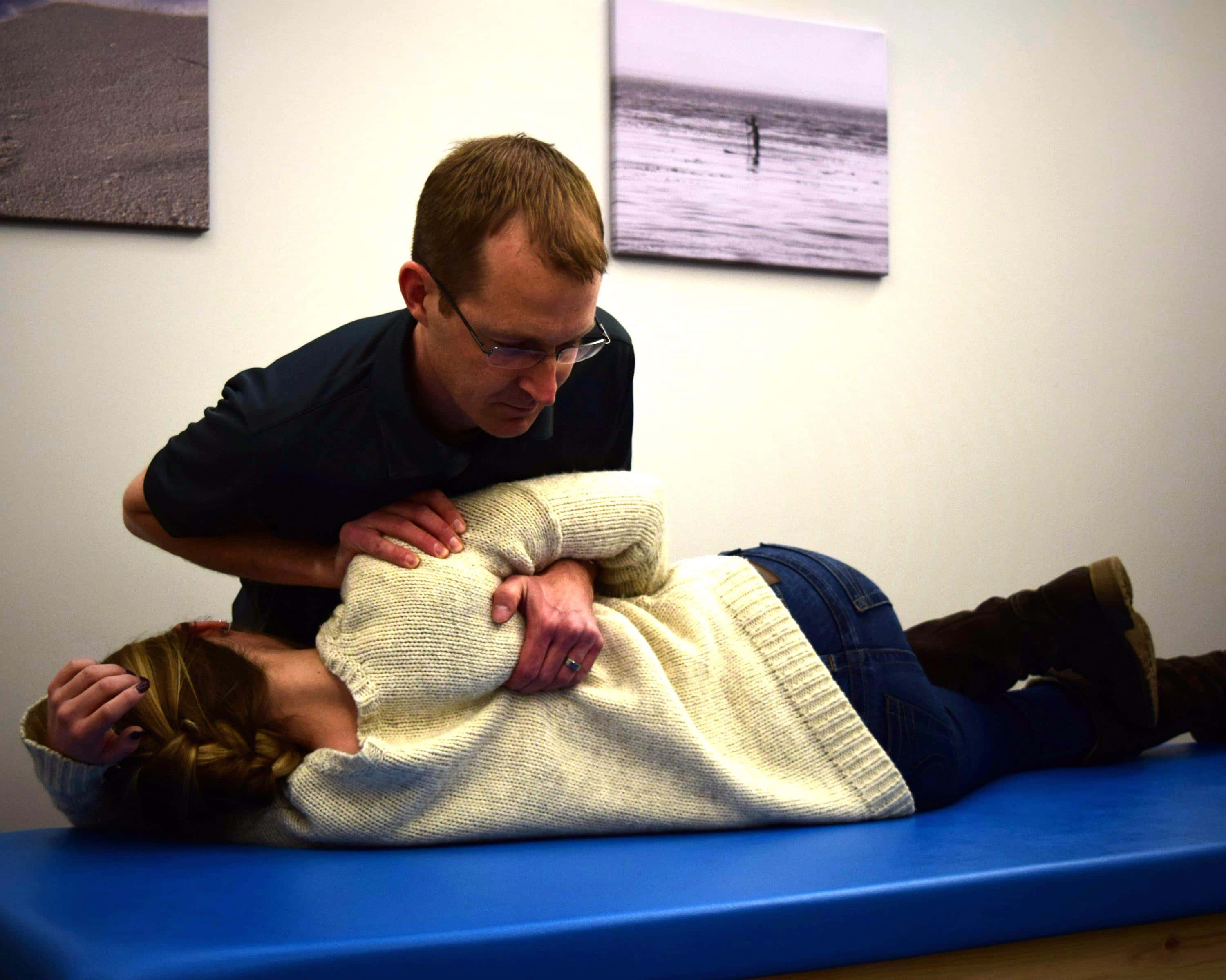 Woman getting shoulder pain therapy